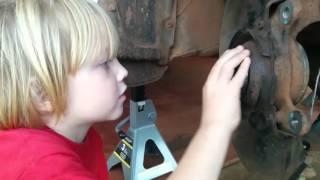 5 летний мальчик меняет подшипник ступицы колеса