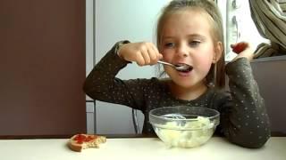 завтрак от девочки Арины МАНДАРИНОВНЫ дети икру бутерброды и пюре картошку едят  21 09 15г