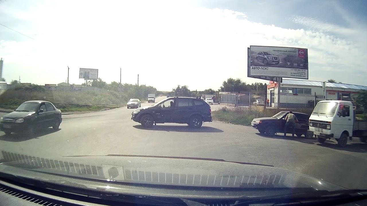 Безумный водитель в Севастополе напал на ВАЗ 2115 и разбил рукой .