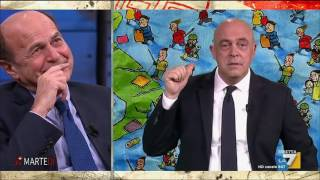 La Copertina di Maurizio Crozza - Crozza-Renzi: Sarò il vostro incubo, nascosto dietro un Mac Book thumbnail