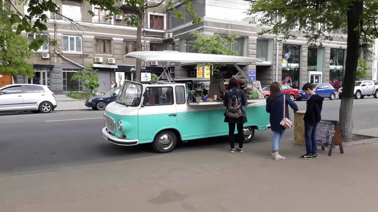 Бизнес в фургоне: гродненцы запустили первый в городе фуд-трак. И максим. Сегодня в их фургоне можно купить хот-доги, кебабы и горячие напитки.