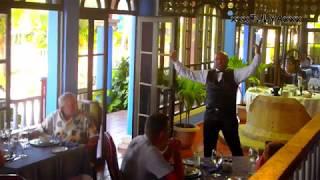 Singing waiter BRISAS GUARDALAVACA Holguin, Cuba - Поющий официант БРИЗАС ГУАРДАЛАВАКА, Ольгин, Куба