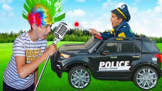 Андрей играет в полицейского и ловит нарушителей правил