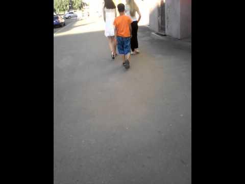 Видео ударил одноклассницу по попе