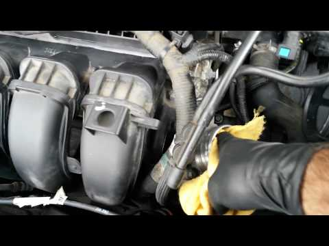 2012 Ford Focus S.E / Cleaning The Throttle Body