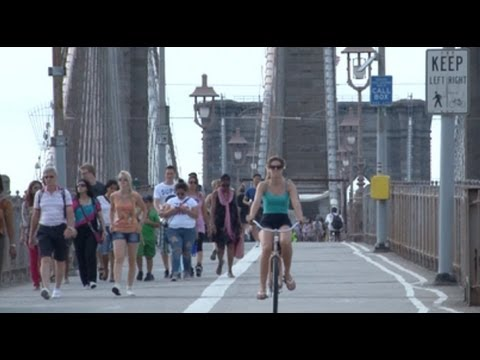 Walking a thin line on the B'klyn Bridge - New York Post