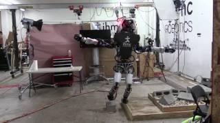 人型ロボット「アトラス」、幅2センチの板の上に片足立ちすることに成功!