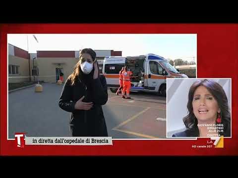 Coronavirus, l'arrivo delle ambulanze con i malati all'ospedale di Brescia