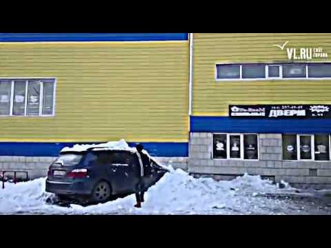 Упавший с крыши снег в дребезги разбил ДОРОГУЮ МАШИНУ!!!!ШОК!!! 2016