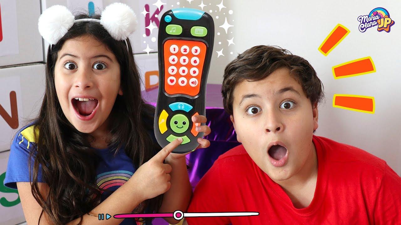 Maria Clara e JP brincam com controle remoto mágico ✨ Pretend play with magic remote control toy