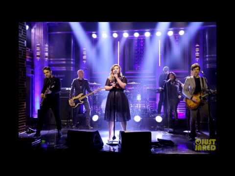 Kelly Clarkson & Jimmy Fallon Perform Epic Duets Medley