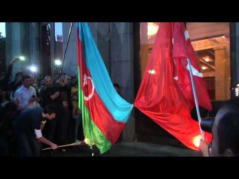Участники шествия сожгли государственные флаги Турции и Азербайджана