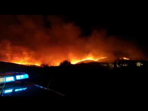 El fuego sigue causando problemas en la provincia de Ourense en una jornada especialmente dura. A las 23:00 horas se procedía al cierre de la circulación en el tramo comprendido entre los kilómetros 124 y 132 de la autovía A-52 (Benavente-Porriño),en el término municipal de A Gudiña (Ourense), por la proximidad de un incendio forestal. La circulación está siendo desviada por la N-525 (Zamora-Santiago), a la altura de la localidad de A Gudiña.