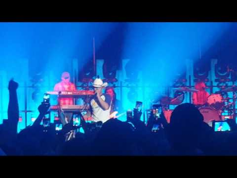 Justin Moore - You Look Like You Need A Drink LIVE