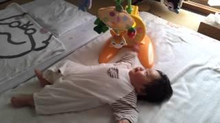 生後2ヶ月 メリーで遊ぶ息子 激しすぎ thumbnail