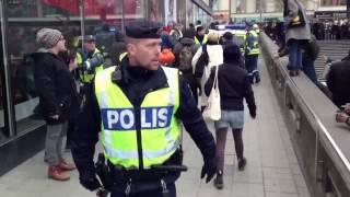 Polisen gör sitt jobb i centrala Stockholm