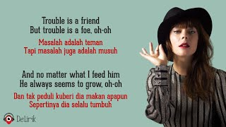 Download lagu Trouble Is A Friend - Lenka (Lyrics video dan terjemahan)