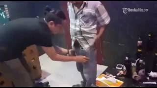 Repeat youtube video VIDEO Proses Penangkapan Anggota DPRD Kukar Yang Kedapatan Menggunakan Narkoba