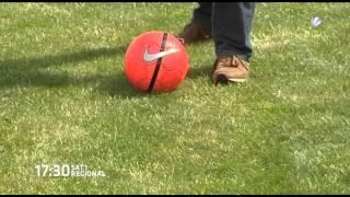 SAT.1-Reporter testet Fußballgolf in Ochsenwerder