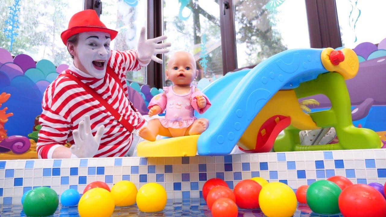 Baby Born schwimmt mit Barbie im Pool. Spielspaß mit Puppen.