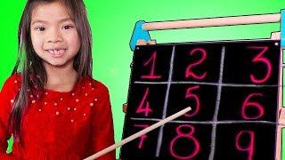 Emma dạy đọc số cho các học trò !
