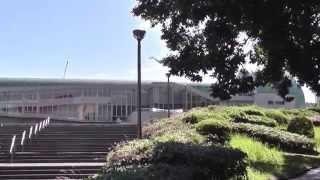 近未来の設定である「図書館戦争」のロケ地にふさわしい図書館として全国の候補地から選ばれたのが、北九州市立中央図書館。建築家・磯崎新...