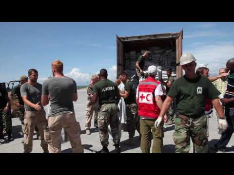 Rode Kruis levert 35 ton hulpgoederen in Port-au-Prince, Haïti.