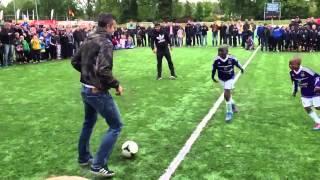ファン・ペルシーが子供相手に個人技を魅せつける Robin van Persie freestyle