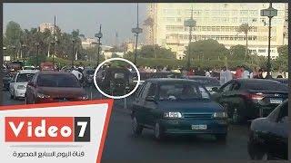 """بالفيديو .. """"توك توك"""" يسير أعلى كوبرى قصر النيل فى أيام عيد الأضحى المبارك"""