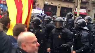 Durísimas cargas policiales contra los manifestantes en Barcelona