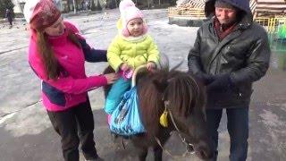Конная прогулка на Пони  Катаемся верхом на маленькой лошадке! Видео для деток(Пони маленькая Лошадка, создано для катания детей! Всем привет!!! Вы находитесь на детском видео канале..., 2016-01-19T22:31:54.000Z)