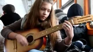 Девчонка круто поёт песню под гитару