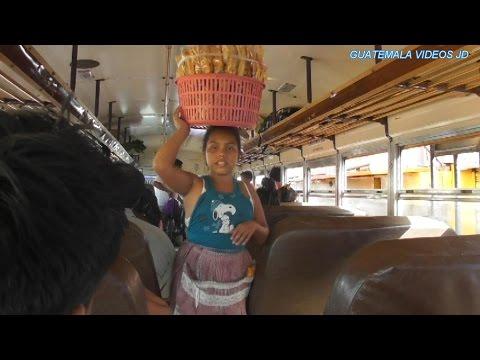 VENDEDORES QUE SUBEN A LAS CAMIONETAS EN GUATEMALA A OFRECER SUS PRODUCTOS/ 2017
