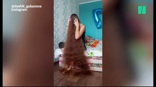 Les cheveux (très) longs de cette Russe sont incroyables (et un peu flippants)