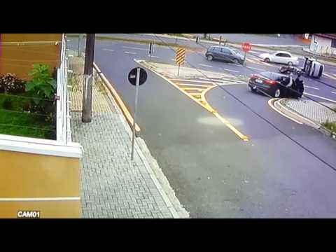Veja só que batida loka entre carro e moto 1