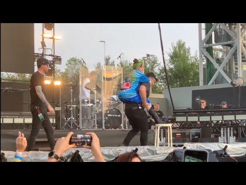 Billie Eilish Live at MilanoRocks (Sprained her ankle)