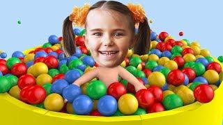 Малыши играют с разноцветными шариками Учим цвета веселое видео для малышей и детей