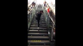 「抖音」踩滑輪下樓梯  以前腿沒斷的時候也是這樣玩的...