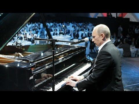 Putin canta y toca el piano acompañado por estrellas mundiales