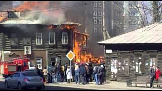 Деревянный дом горит в центре Иркутска