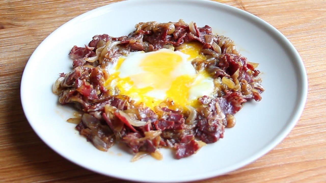Patates eşliğinde pastırma ve yumurta tarifi