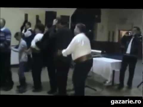 Unul beat pe dansul pinguinului la nunta