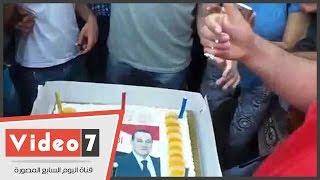 أنصار مبارك يحتفلون بعيد ميلاده الـ88 بتورتة تحمل صورته