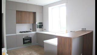 Кухня под потолок с антресолями и барной стойкой. Столешница из искусственного камня. Кухни Киев.