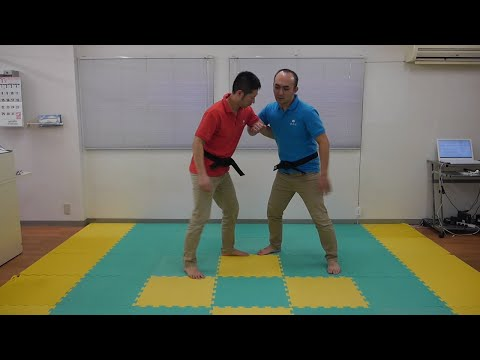 【相撲】の「小手投げ」防御法は『膝カックン』!?