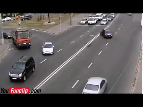 tai nạn kinh dị moto tông vào oto bay cả người