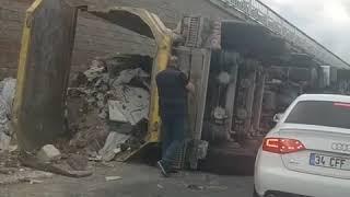 Göktürk Mahallesi girişinde Hafriyat kamyonu devrildi