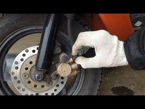 Как прокачать передние тормоза на скутере видео