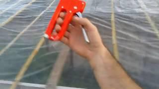 Techo de cañas y nylon para proteger plantas de marihuana en lluvias