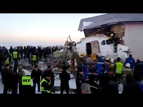Restos destrozados del avión de pasajeros estrellado en Kazajistán